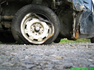 Пробил колесо в яме на дороге. Что делать?